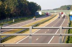τρόπος Άποψη από την οδογέφυρα πέρα από την εθνική οδό Οδήγηση αυτοκινήτων στο υπόβαθρο στοκ εικόνες με δικαίωμα ελεύθερης χρήσης