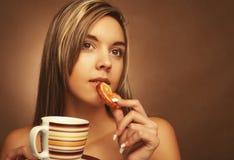 Τρόπος ζωής, άνθρωποι και έννοια τροφίμων: νέος αρκετά σγουρός καφές κατανάλωσης γυναικών στοκ εικόνα