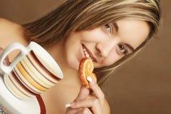 Τρόπος ζωής, άνθρωποι και έννοια τροφίμων: νέος αρκετά σγουρός καφές κατανάλωσης γυναικών στοκ φωτογραφία με δικαίωμα ελεύθερης χρήσης