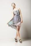 Τρόπος ζωής. Ελκυστικό λεπτό θηλυκό που φορά το αμάνικο τιγρέ φόρεμα. Αισθησιασμός στοκ εικόνες