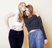 Τρόπος ζωής και έννοια ανθρώπων: Πορτρέτο μόδας δύο μοντέρνων προκλητικών καλύτερων φίλων κοριτσιών, πέρα από το άσπρο υπόβαθρο ε Στοκ Εικόνες