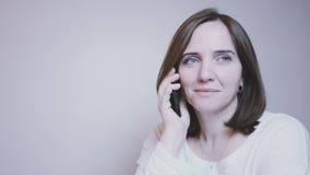 Τρόπος ζωής κυρία Αρκετά χαμογελώντας μέσης ηλικίας γυναίκα που μιλά στο τηλέφωνο απόθεμα βίντεο
