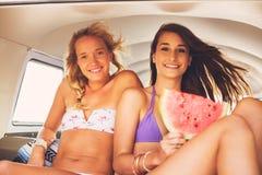 Τρόπος ζωής παραλιών κοριτσιών Surfer Στοκ Εικόνες