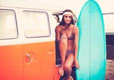 Τρόπος ζωής παραλιών κοριτσιών Surfer Στοκ Φωτογραφία