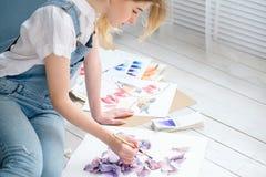Τρόπος ζωής τέχνης που σύρει τη μόνη εικόνα κοριτσιών έκφρασης Στοκ Φωτογραφία