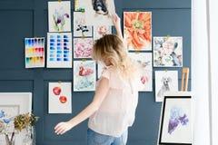 Τρόπος ζωής τέχνης που σύρει τη μόνη εικόνα κοριτσιών έκφρασης Στοκ εικόνα με δικαίωμα ελεύθερης χρήσης