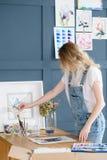 Τρόπος ζωής τέχνης που σύρει τη μόνη εικόνα κοριτσιών έκφρασης Στοκ φωτογραφίες με δικαίωμα ελεύθερης χρήσης
