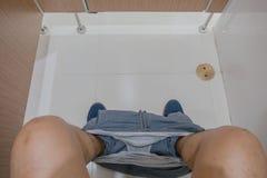 Τρόπος ζωής του ανθρώπου τουαλέτα συνεδρίασης α& στοκ φωτογραφία