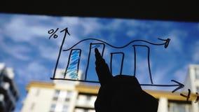 Τρόπος ζωής: όμορφες νέες επιχειρησιακές γραφικές παραστάσεις σχεδίων γυναικών math στο γυαλί με το μπλε ουρανό, ουρανοξύστης στο φιλμ μικρού μήκους