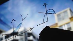 Τρόπος ζωής: όμορφες νέες καθαρίζοντας math επιχειρησιακές γραφικές παραστάσεις γυναικών από το γυαλί με το μπλε ουρανό, ουρανοξύ φιλμ μικρού μήκους