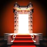 Τρόπος κόκκινου χαλιού στην κλασσική πύλη. Στοκ φωτογραφία με δικαίωμα ελεύθερης χρήσης