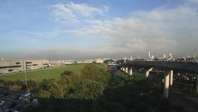 Τρόπος οδικού ουρανού που χτίζεται οδήγηση στην περιοχή αναχώρησης αερολιμένων απόθεμα βίντεο