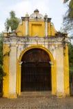 Τρόπος παρεκκλησιών των διαγώνιων σταθμών στην οδό των thesteps του Λα Αντίγκουα Γουατεμάλα Παλαιά πόρτα στην Αντίγουα Γουατεμάλα στοκ φωτογραφίες με δικαίωμα ελεύθερης χρήσης