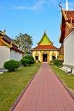 Τρόπος περιπάτων στον ταϊλανδικό ναό Στοκ Φωτογραφίες