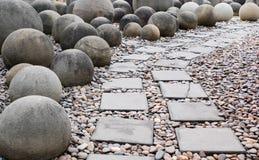 Τρόπος περιπάτων τούβλου και βράχος σφαιρών Στοκ φωτογραφία με δικαίωμα ελεύθερης χρήσης