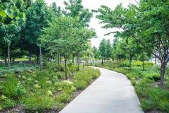 Τρόπος πορειών σε ένα πάρκο με τα πράσινα δέντρα, Κινκινάτι, Οχάιο Στοκ Εικόνες