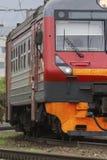 Τρόπος ραγών - μεγάλο κόκκινο σιδήρου - επιβατική αμαξοστοιχία, κάθετη στοκ φωτογραφία