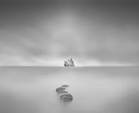 τρόπος στην αιώνια ειρήνη στη συνεδρίαση περιστεριών waterscape στο μεγάλο βράχο lo Στοκ φωτογραφίες με δικαίωμα ελεύθερης χρήσης