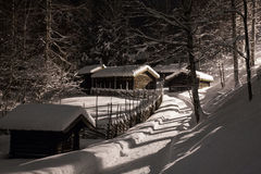 Τρόπος χιονιού στη νύχτα Στοκ Φωτογραφία