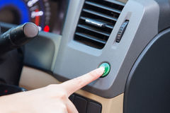 Τρόπος eco κουμπιών Τύπου δάχτυλων χεριών μέσα στο αυτοκίνητο Στοκ φωτογραφία με δικαίωμα ελεύθερης χρήσης
