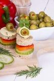 Τρόφιμα δάχτυλων: ψωμί, πιπέρια, αγγούρι, τυρί και ελιές Στοκ Εικόνες