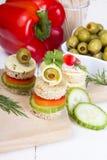 Τρόφιμα δάχτυλων: ψωμί, πιπέρια, αγγούρι, τυρί και ελιές Στοκ εικόνα με δικαίωμα ελεύθερης χρήσης