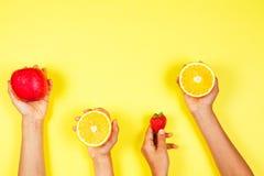 τρόφιμα έννοιας υγιή Πολλά χέρια παιδιών με τα fuits Τοπ όψη στοκ εικόνες με δικαίωμα ελεύθερης χρήσης