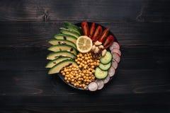 τρόφιμα έννοιας υγιή Υγιής σαλάτα με chickpea και λαχανικά στον ξύλινο πίνακα Τρόφιμα Vegan χορτοφάγος σιτηρεσίου Στοκ εικόνες με δικαίωμα ελεύθερης χρήσης