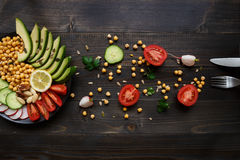 τρόφιμα έννοιας υγιή Υγιής σαλάτα με chickpea και λαχανικά στον ξύλινο πίνακα Τρόφιμα Vegan χορτοφάγος σιτηρεσίου Στοκ Εικόνα