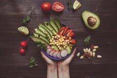 τρόφιμα έννοιας υγιή Χέρια που κρατούν την υγιή σαλάτα με chickpea στοκ φωτογραφία