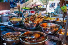 Τρόφιμα έτοιμα να φάνε στην ταϊλανδική αγορά τροφίμων στοκ εικόνα