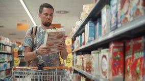 Τρόφιμα αγοράς ατόμων για το σπίτι απόθεμα βίντεο