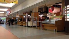 Τρόφιμα αγοράς πελατών στην υπεραγορά T&T μέσα στη λεωφόρο μητροπόλεων φιλμ μικρού μήκους