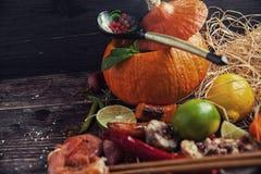 Τρόφιμα ανάμεικτα στον ξύλινο πίνακα Στοκ Εικόνες
