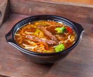 Τρόφιμα βόειου κρέατος νουντλς σούπας καυτά Στοκ Φωτογραφίες