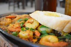 Τρόφιμα γαρίδων Sizzling με το ψωμί Στοκ φωτογραφία με δικαίωμα ελεύθερης χρήσης