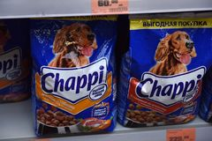 Τρόφιμα για τα σκυλιά στην υπεραγορά Στοκ Φωτογραφία
