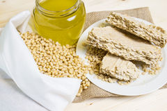 Τρόφιμα για τα vegans Τα καρύδια πεύκων σε μια άσπρη τσάντα βαμβακιού, πετρέλαιο κέδρων είναι πιεσμένα στο κρύο Στοκ φωτογραφία με δικαίωμα ελεύθερης χρήσης