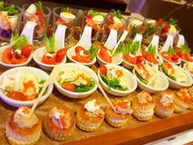 Τρόφιμα για το κοκτέιλ στη δεξίωση γάμου Στοκ Εικόνες
