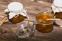 Τρόφιμα, γλυκό επιδόρπιο Σπιτική κονσερβοποίηση Ένα βάζο της μαρμελάδας ροδάκινων φρούτων στοκ φωτογραφία με δικαίωμα ελεύθερης χρήσης