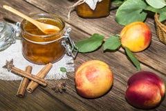 Τρόφιμα, γλυκό επιδόρπιο Σπιτική κονσερβοποίηση Μαρμελάδα ροδάκινων φρούτων σε ένα βάζο Στοκ Φωτογραφίες