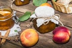 Τρόφιμα, γλυκό επιδόρπιο Σπιτική κονσερβοποίηση Μαρμελάδα ροδάκινων φρούτων σε ένα βάζο Στοκ Εικόνα
