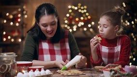 Τρόφιμα διακοπών οικογενειακών προετοιμασιών Μαγειρεύοντας μπισκότα απόθεμα βίντεο