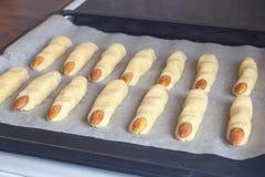Τρόφιμα διασκέδασης αποκριών - μαγεψτε τα μπισκότα amaretti αμυγδάλων δάχτυλων για τα παιδιά πριν από το ψήσιμο Στοκ εικόνες με δικαίωμα ελεύθερης χρήσης