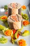 Τρόφιμα εκκινητών ψαριών στο άσπρο πιάτο με τη διακόσμηση Χριστουγέννων φωτογραφία προϊόντων και σύγχρονη γαστρονομία στοκ εικόνες