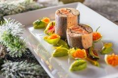 Τρόφιμα εκκινητών ψαριών στο άσπρο πιάτο με τη διακόσμηση Χριστουγέννων φωτογραφία προϊόντων και σύγχρονη γαστρονομία στοκ εικόνα