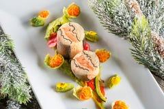 Τρόφιμα εκκινητών ψαριών στο άσπρο πιάτο με τη διακόσμηση Χριστουγέννων φωτογραφία προϊόντων και σύγχρονη γαστρονομία στοκ φωτογραφίες