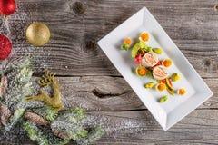 Τρόφιμα εκκινητών ψαριών στο άσπρο πιάτο με τη διακόσμηση Χριστουγέννων φωτογραφία προϊόντων και σύγχρονη γαστρονομία στοκ εικόνα με δικαίωμα ελεύθερης χρήσης