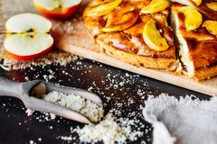 Τρόφιμα, επιδόρπιο, ζύμες, πίτα Νόστιμη όμορφη πίτα μήλων στοκ εικόνα με δικαίωμα ελεύθερης χρήσης