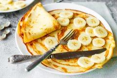 Τρόφιμα, επιδόρπιο, ζύμες, τηγανίτα, πίτα Νόστιμες όμορφες τηγανίτες με την μπανάνα και το μέλι στοκ φωτογραφία με δικαίωμα ελεύθερης χρήσης